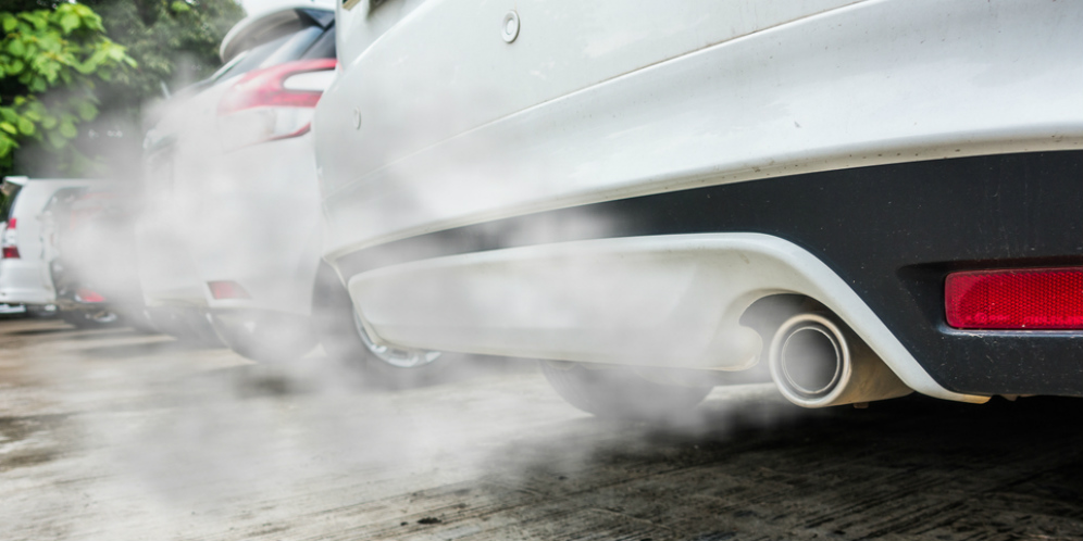 asap mobil putih