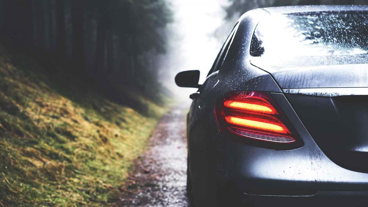 tips berkendara saat hujan dari Carsome