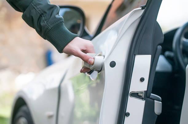 cara-membuka-pintu-mobil-yang-terkunci