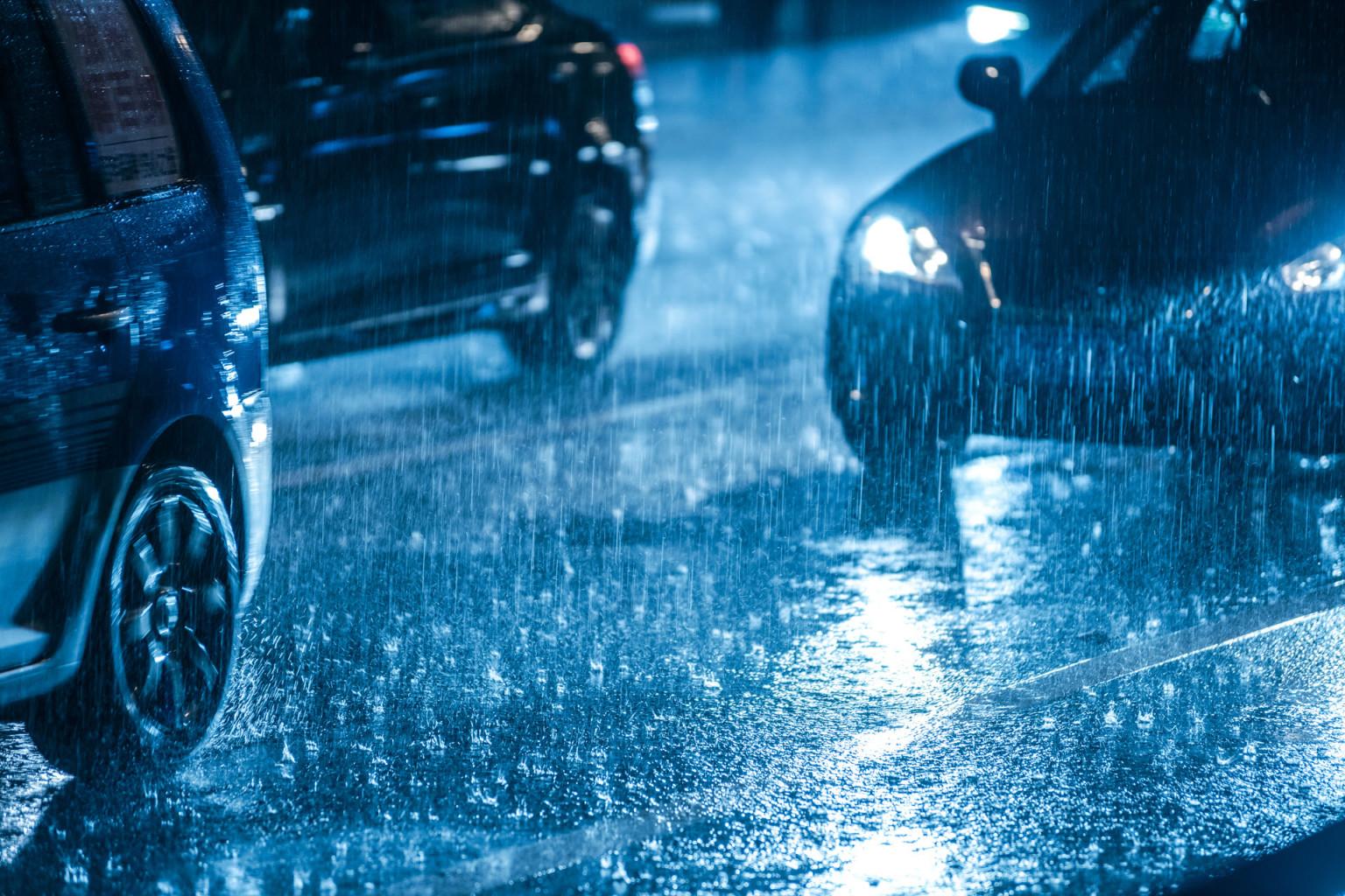 tips mengemudi saat hujan dari Carsome