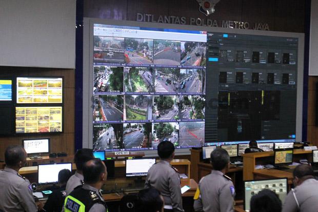 proses-cek-tilang-elektronik-monitor